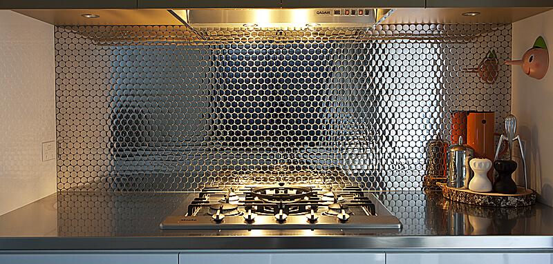 Оригинальный декор кухни из нержавеющей стали